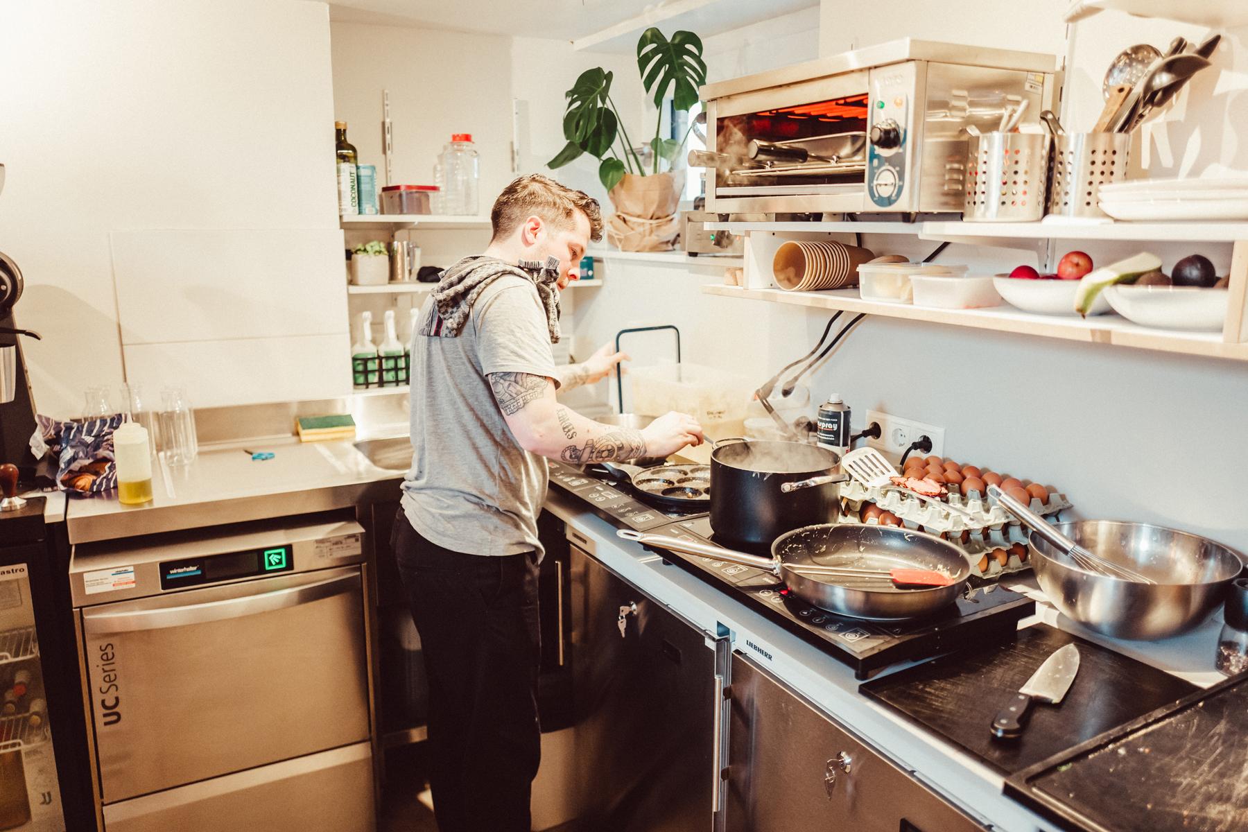 Als gelernter Koch packt Tristan gerne in der Küche mit an.