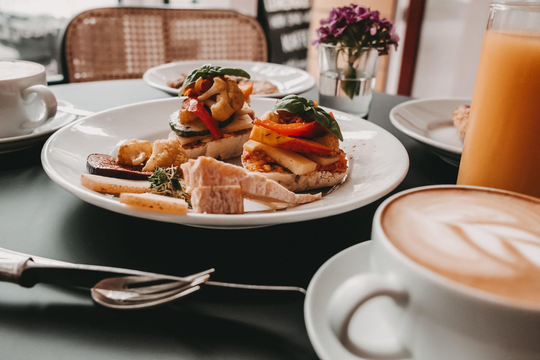 Gemüse, Käse, Orangensaft und cremiger Cappuccino, was will man mehr?