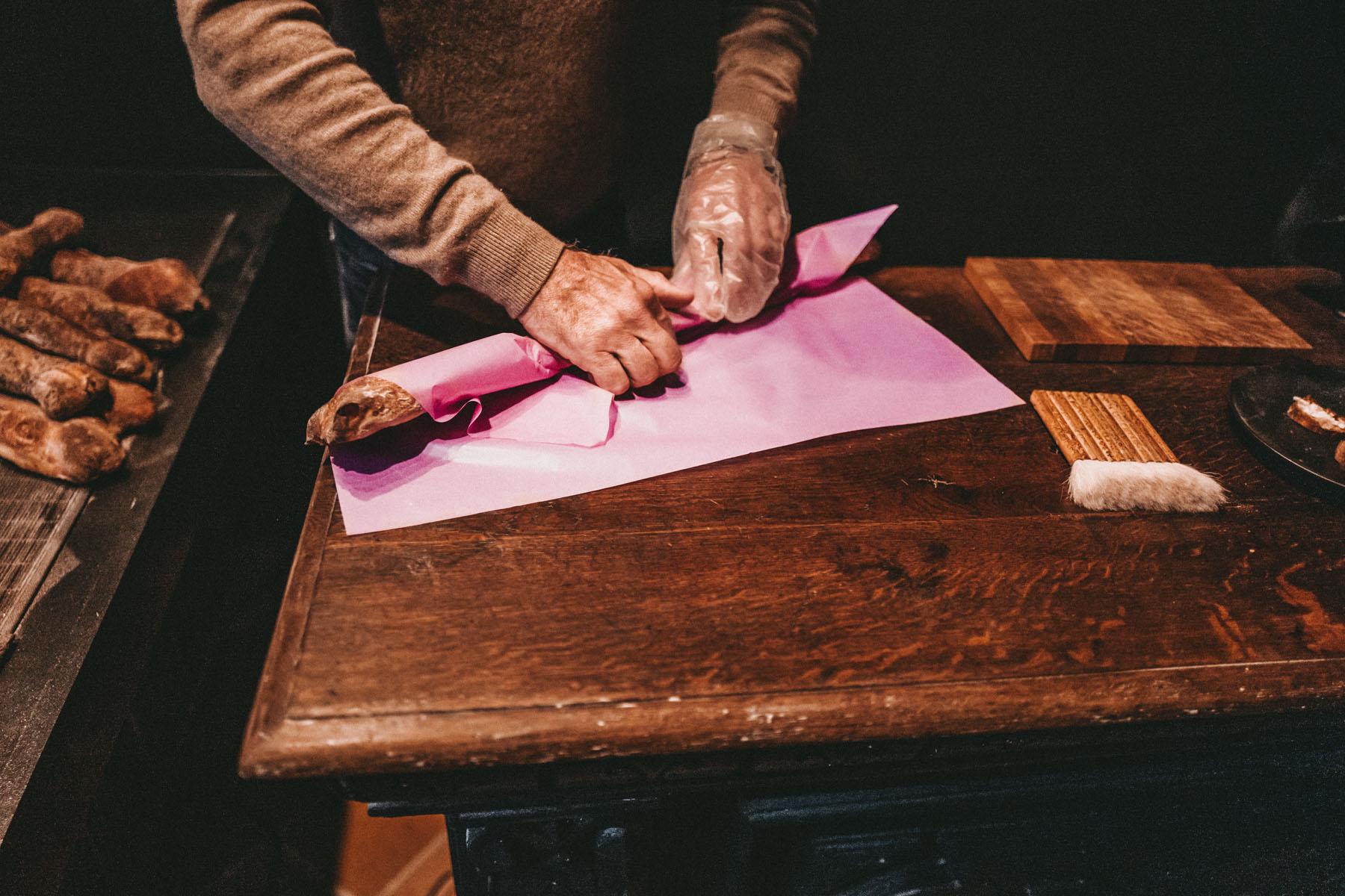 Christians Brot kommt in knallig pinkem Papier. We like!