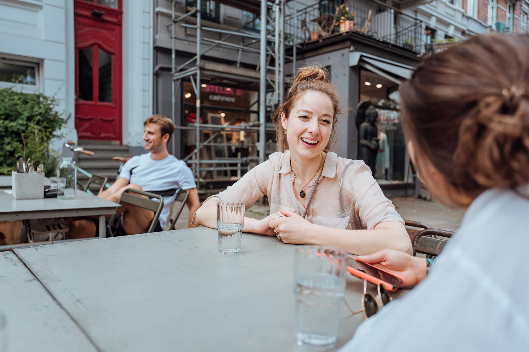 Café Besitzerin Janine Op het Velt erzählt von ihrer Idee.
