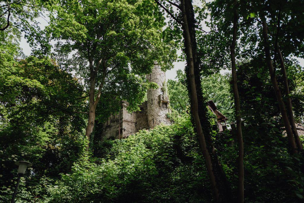 Total verwunschen ragt die Burg aus dem Grün empor.