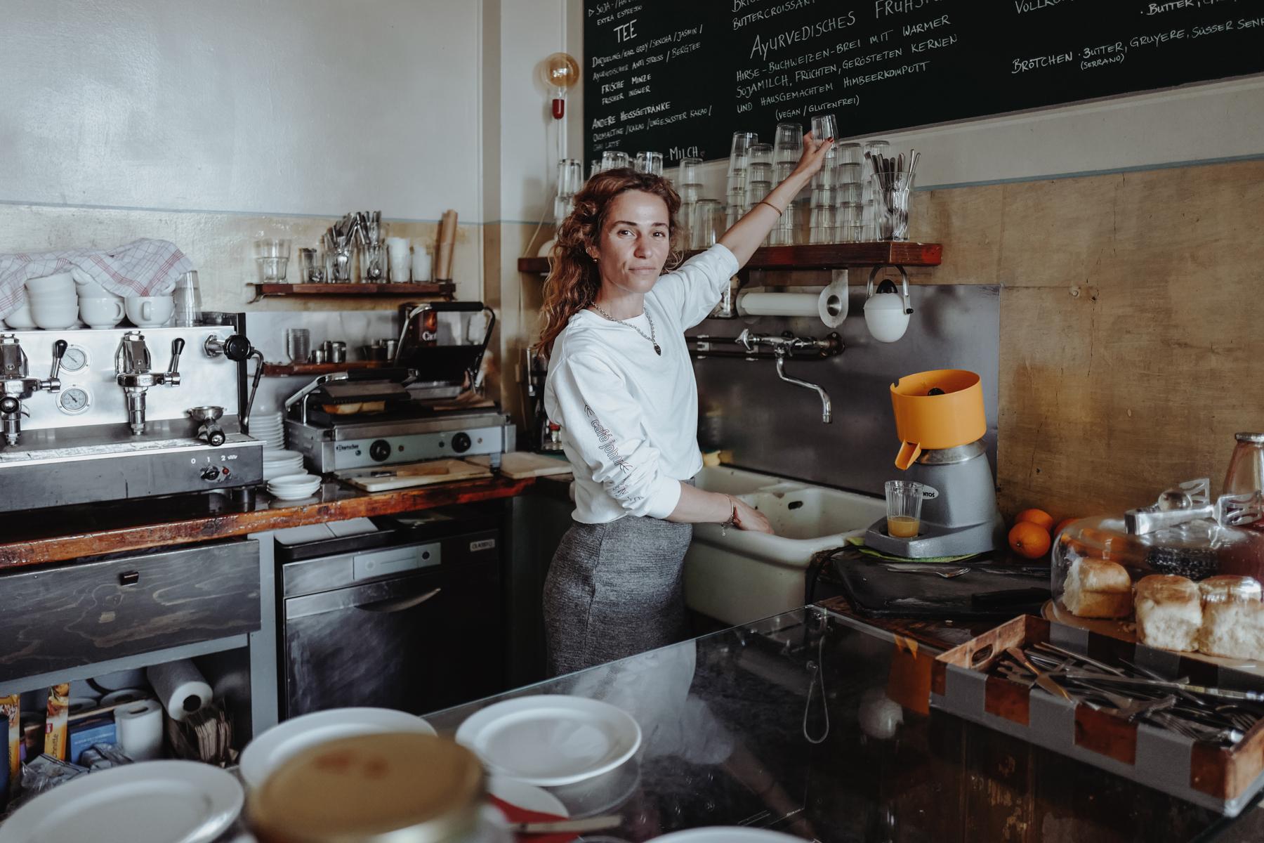 Sarah lebt und liebt ihr Café.