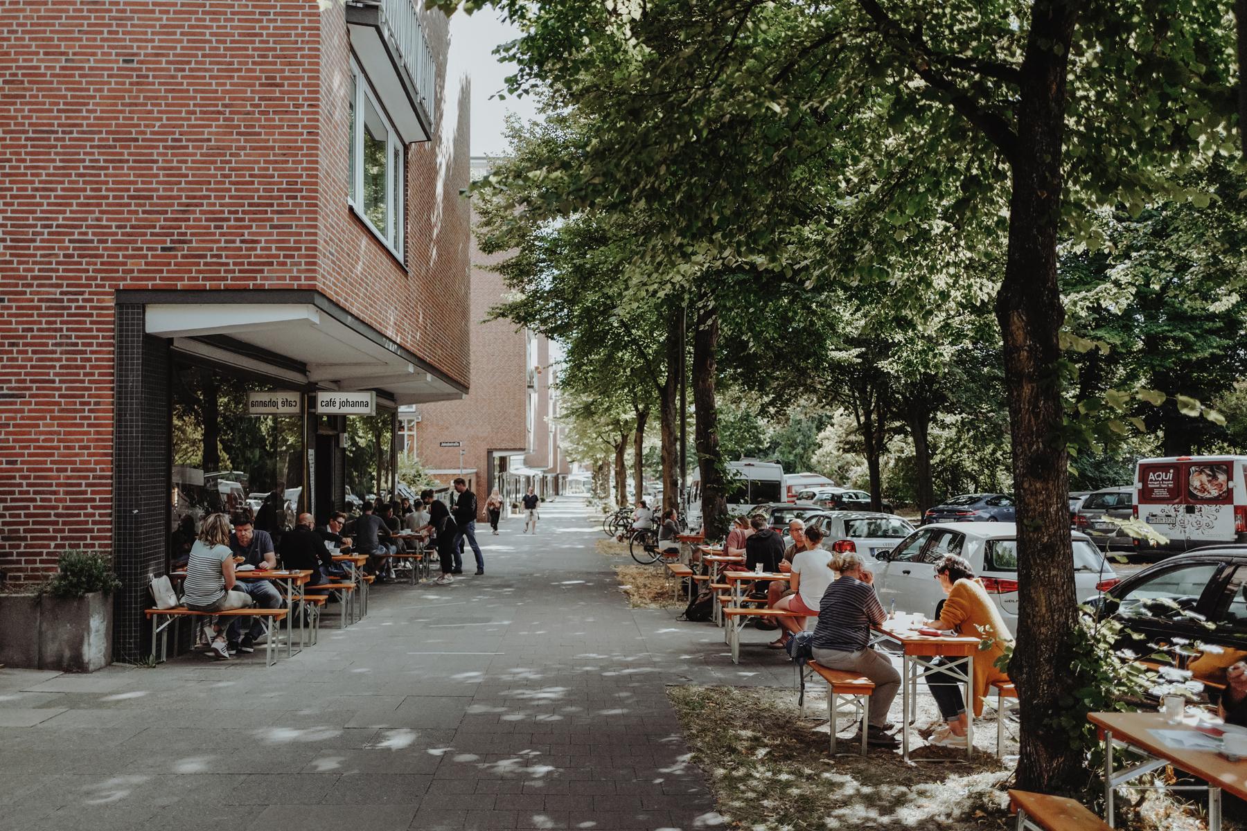 Die Terrasse vorm Café lädt zum Verweilen ein.