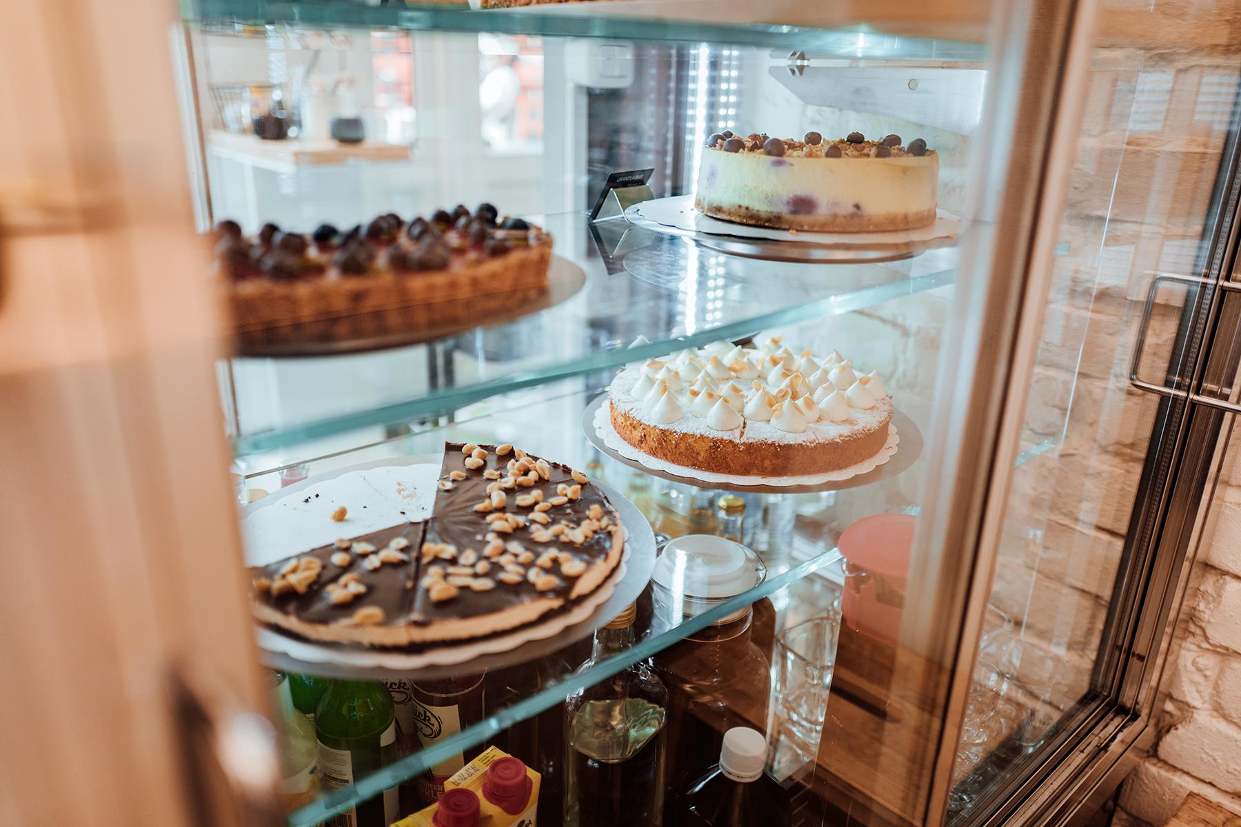 Die selbstgemachten Kuchen gibt es glutenfrei, vegan, gerne auch sehr fettig – immer lecker!