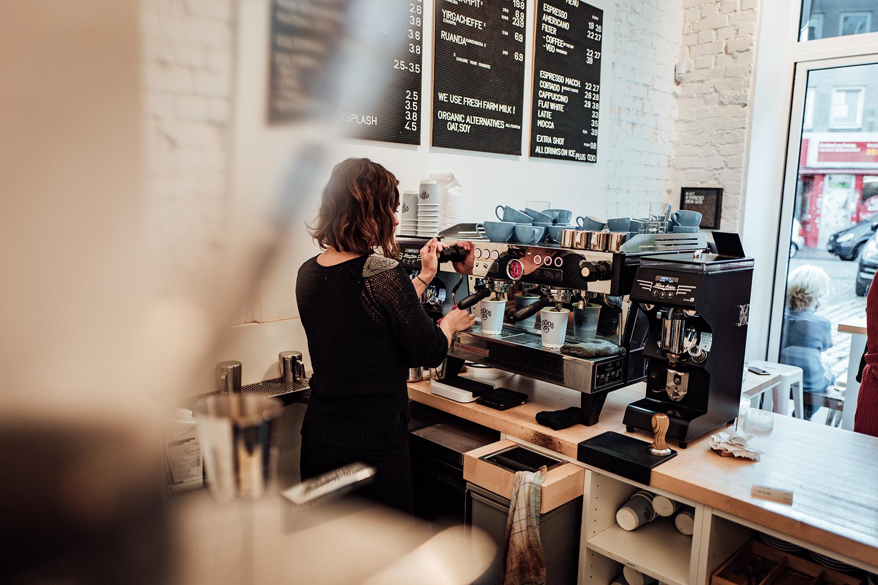 Absolute Profis an der Kaffee Maschine.