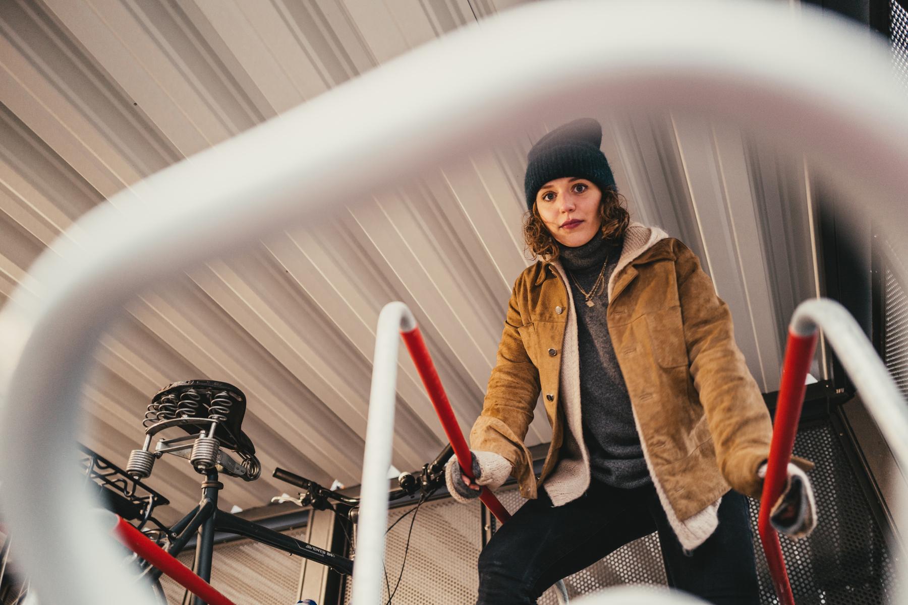 """Lara erkundet die """"Bike & Ride"""" Station."""