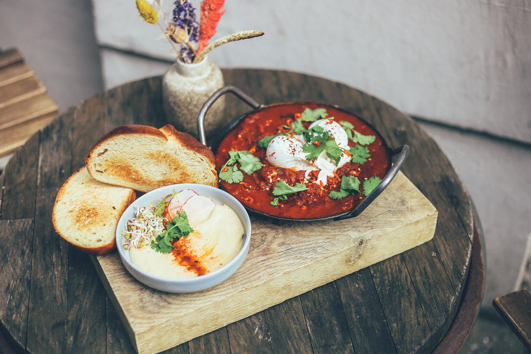 Scharfe Tomaten, cremiger Humus und Eier mit flüssigem Eigelb!