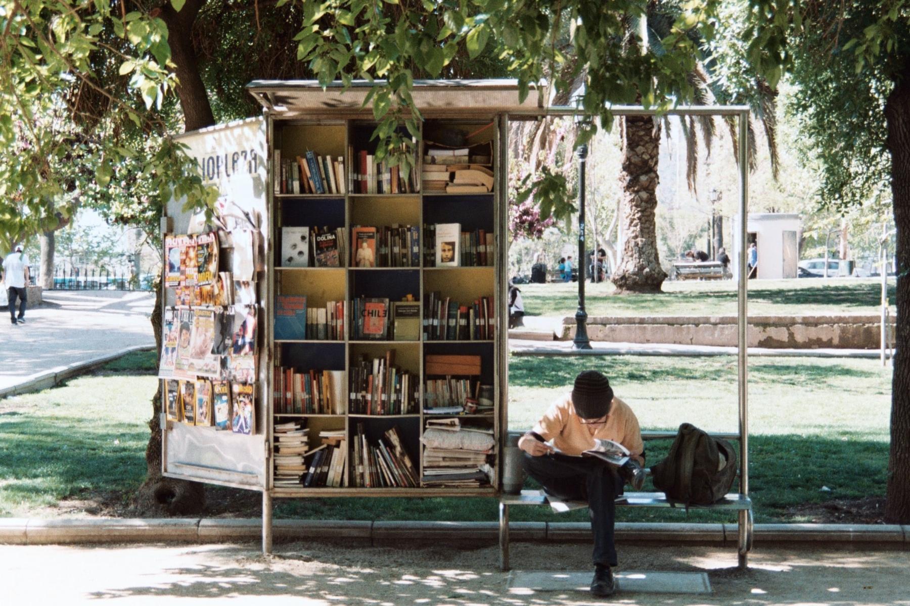 Geheimtipp Hamburg Buchspecial Buch Bushaltestelle Unsplash