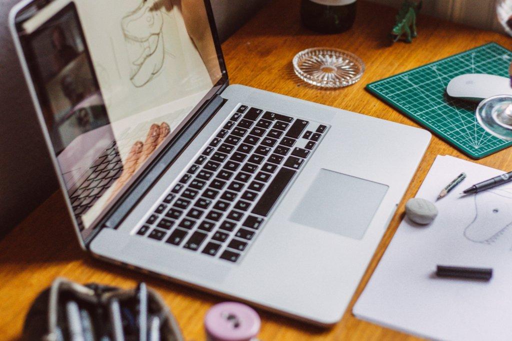 Laptop und Zeichenutensilien – ©Live Art Club