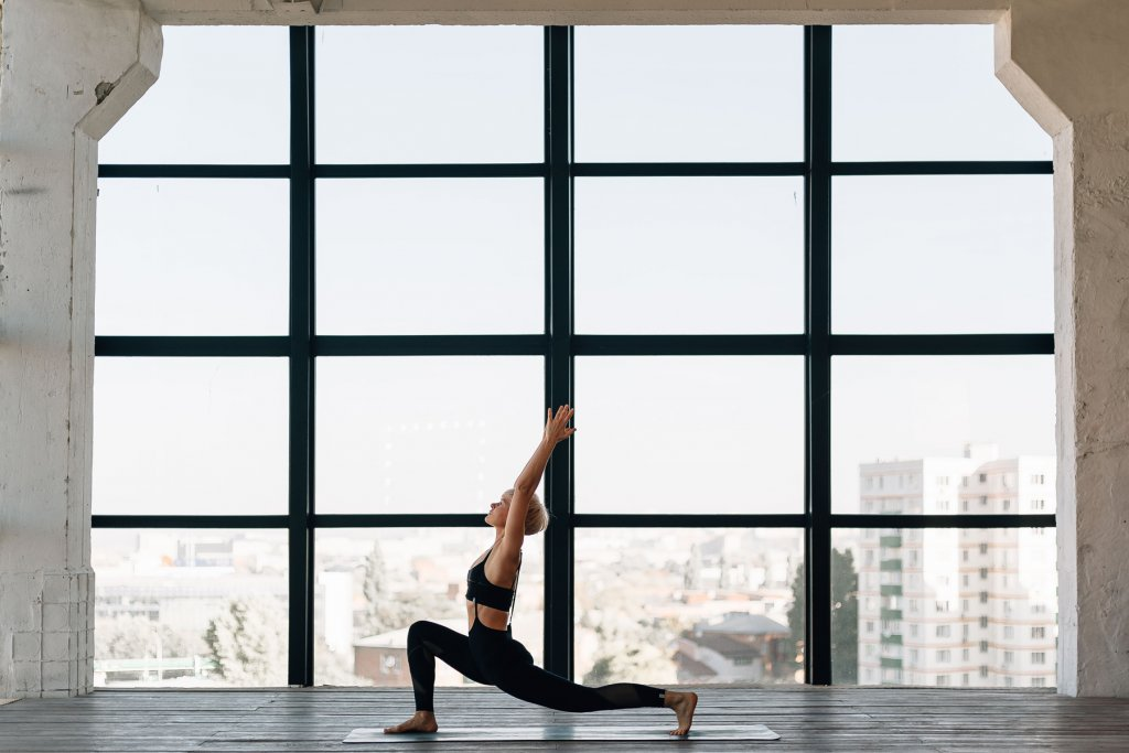 Frau machgt Yoga, Kriegerpose.