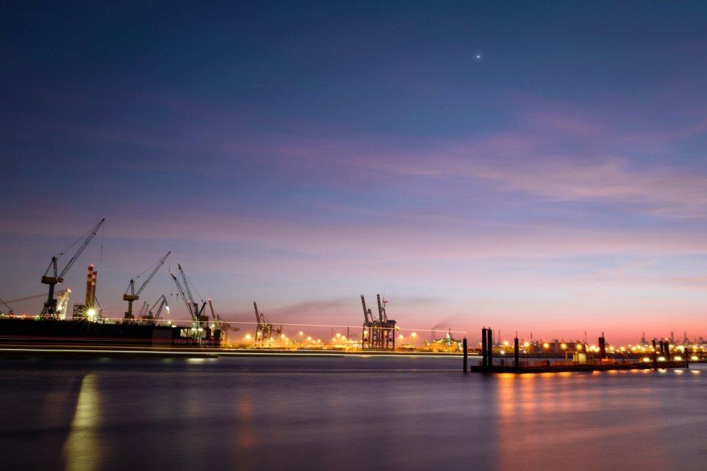 Hamburg bei Nacht Blick von Waltershof