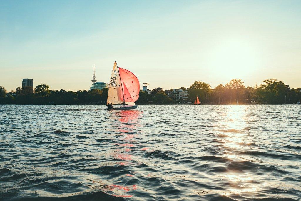 Hamburg Außenalster Segler auf dem Wasser