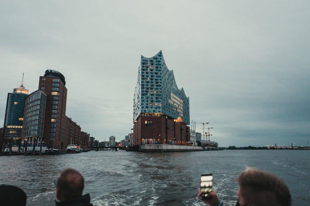 Bild vom Blick auf die Elbphilharmonie vom Schiff aus.