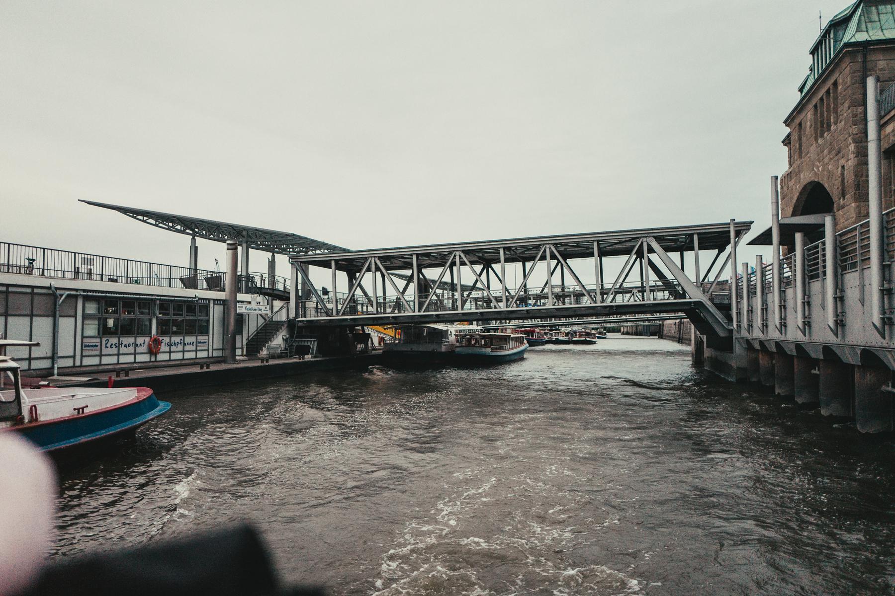Der Bootssteg an der Elbe.