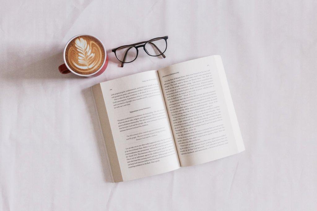 Buch, Kaffee und die Lesebrille.