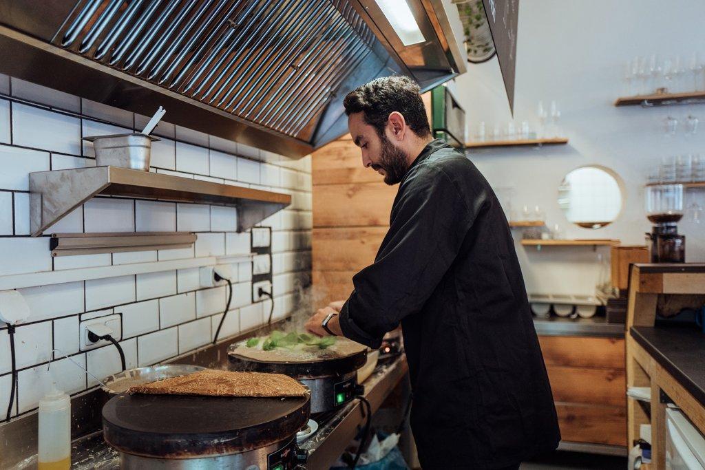 Restaurant La Crème de la Crêpe Koch bei der Arbeit