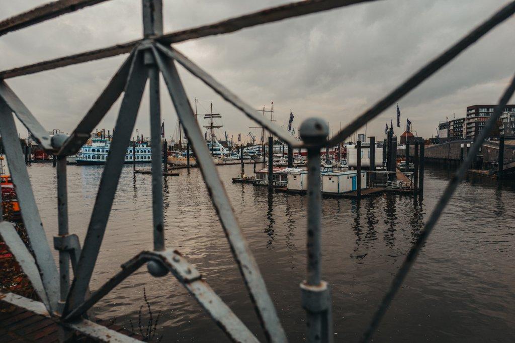 Hamburger Hafen Blick durch Gitter
