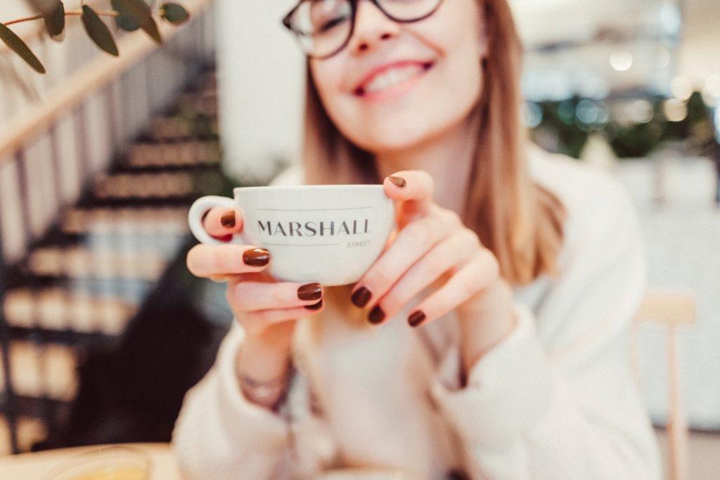 Marshall Street Coffee Gast genießt Kaffee