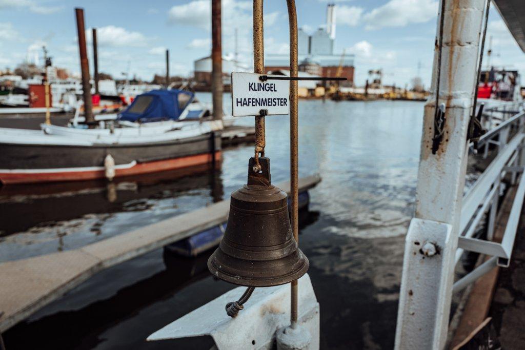 Zur Not klingelt ihr einfach nach dem Hafenmeister. *grins*