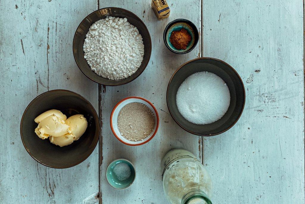 Ihr braucht: Mehl, Butter, Zucker, Hefe und noch einige andere Zutaten.