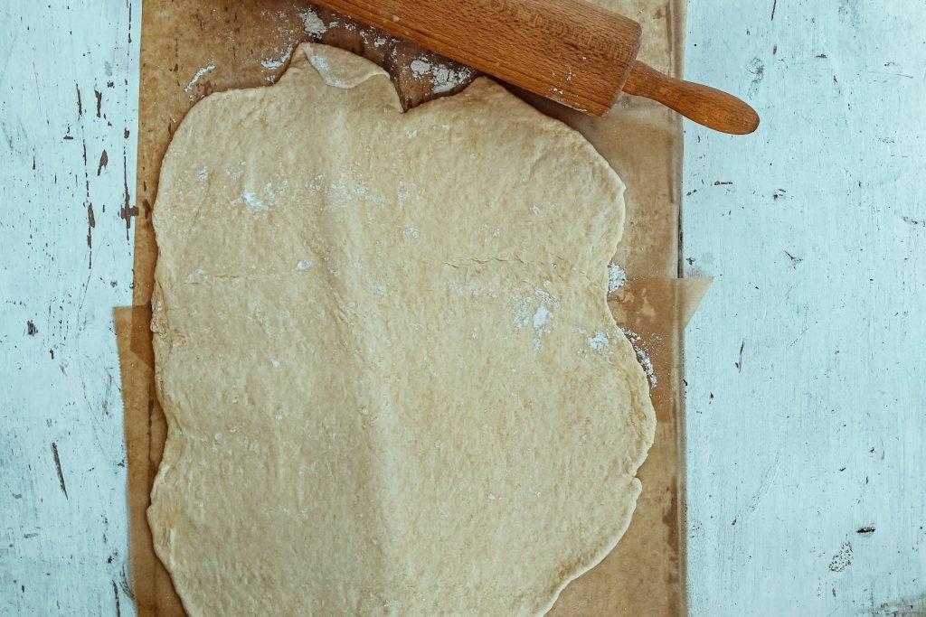 Ausrollen, mit Butter bestreichen und mit Zimt und Zucker Gemisch bestreuen.