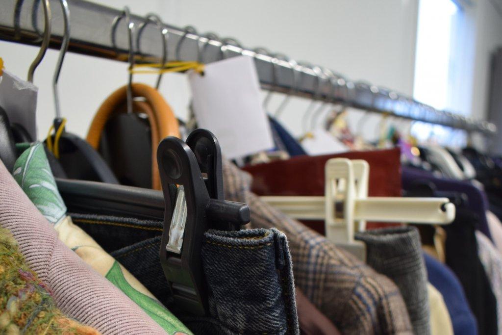 Kleiderspenden werden von gemeinnützigen Organisationen gerne gesehen. – ©Unsplash