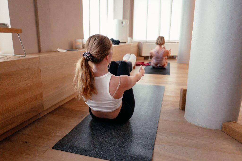 Frau, die Yoga macht.