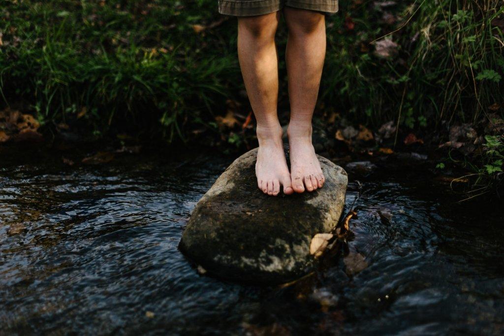 Schuhe sind im Barfußpark unerwünscht. – ©Unsplash