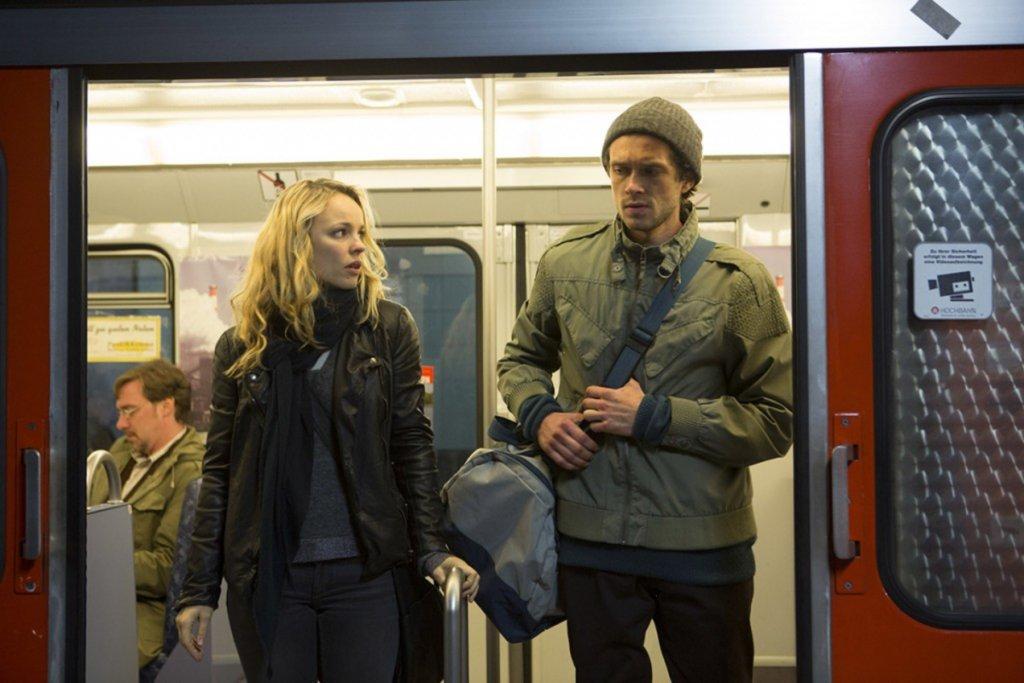 Rachel McAdams und Schauspielkollege Grigoriy Dobrygin in der Hamburger Hochbahn. – ©Senator Film