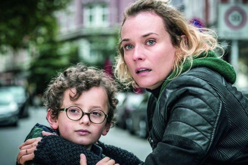 Hauptfigur Katja und ihr Sohn auf der Hein Hoyer Straße. – ©Warner Bros. Entertainment