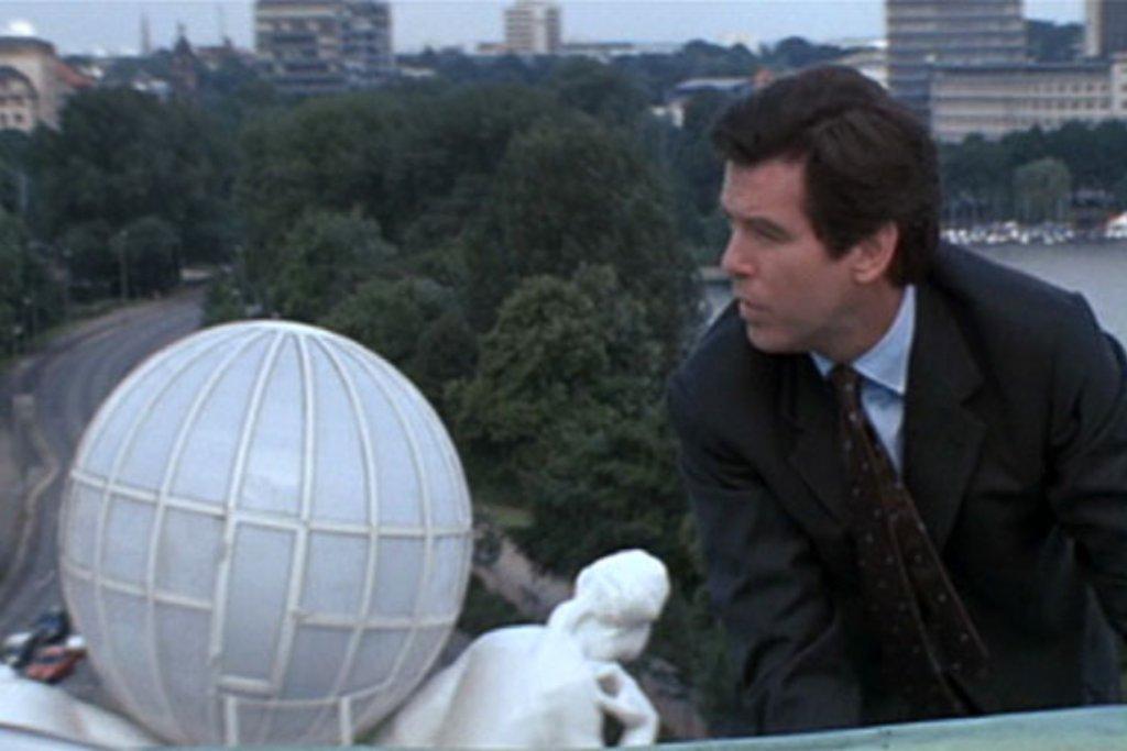 Bond auf dem Dach des Hotel Atlantic 1997. – ©Metro Goldwyn Mayer