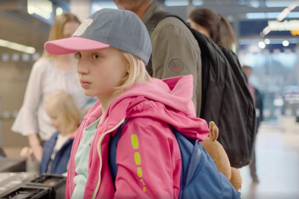 Benni vor dem Security Check am Hamburger Airport. – ©Weydemann Bros.