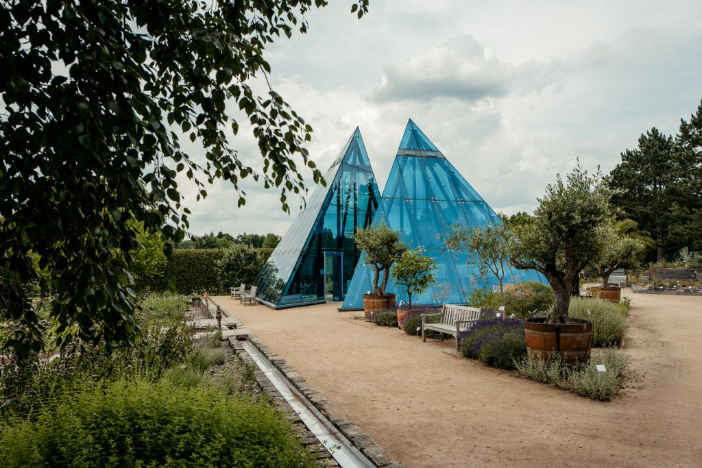 Die blauen Pyramiden sind Teil des Wüstengartens.
