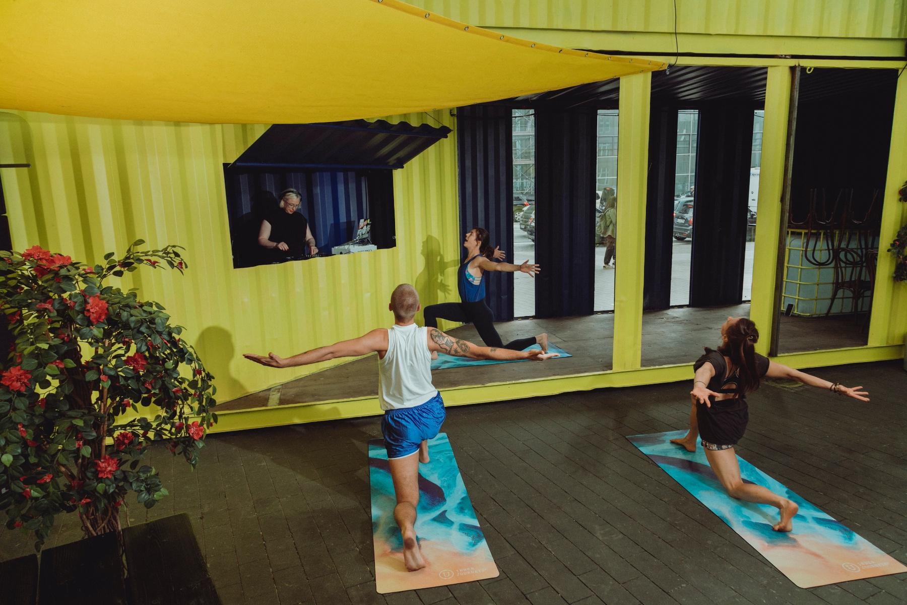 Menschen, die einen Yogakurs besuchen – ©Alexandra Polina