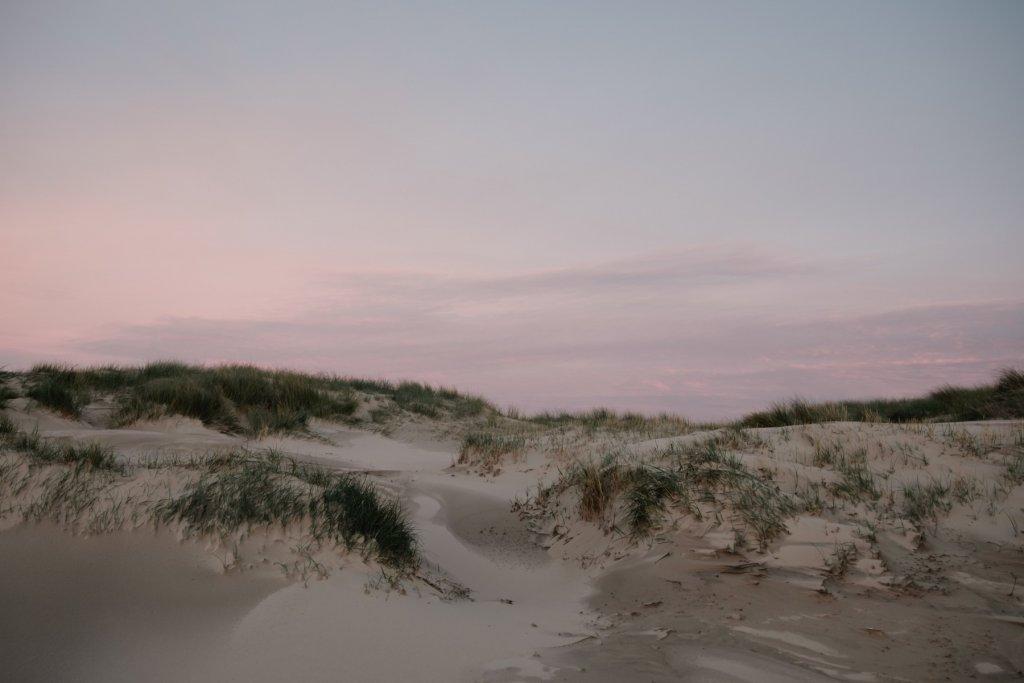Dünenlandschaft im Sonnenuntergang. – ©Unsplash
