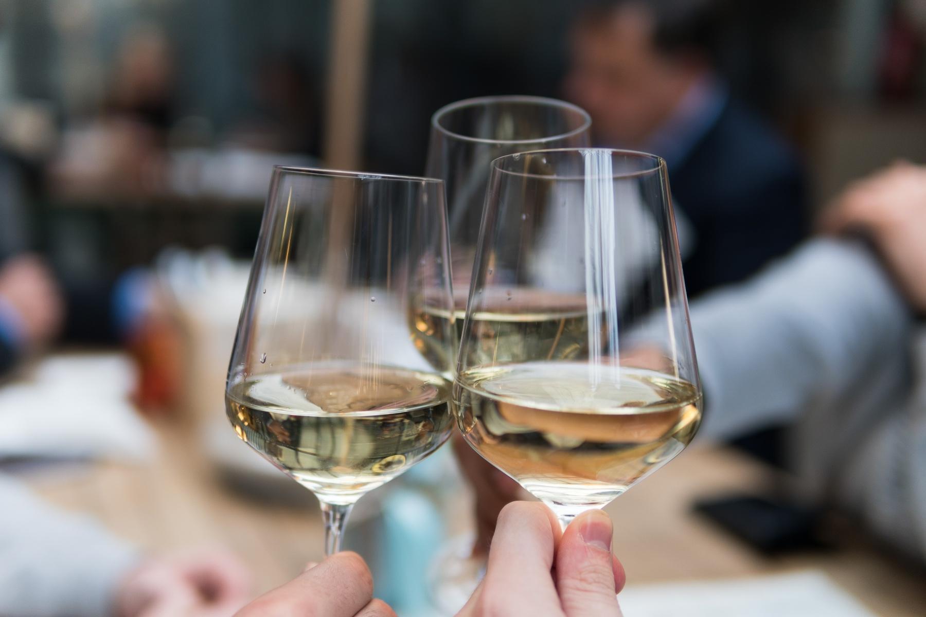 Weingläser, die anstoßen – ©Unsplash